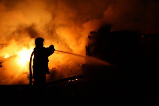 A încercat să aprindă focul cu benzină și incendiul izbucnit a distrus întreaga baie