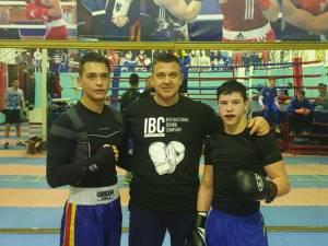 Antrenorul Andu Vornicu, încadrat de cei doi componenți ai lotului național de tineret