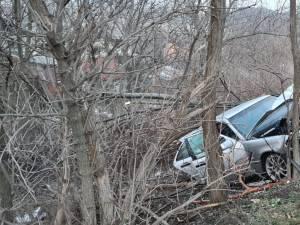 Tânăr rănit grav, după ce a fost proiectat în afara mașinii cu care intrase în copacii de lângă drum