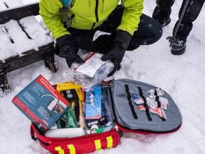 Trusă pentru urgențe medicale, tip rucsac, complet echipată, donată Serviciului Public Județean Salvamont Suceava de către membrii Rotary Club Suceava Cetate
