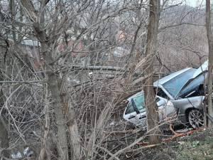 Autoturismul a părăsit șoseaua și a intrat în coliziune violentă cu arborii de la marginea drumului