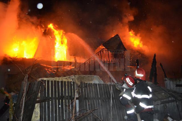 Pompierii au intervenit pentru stingerea flacarilor izbucnite la etajul casei