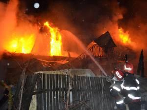 Flăcările au izbucnit după ora 22.00 din interiorul camerei aflate la nivelul superior al casei și s-au extins apoi la acoperiș