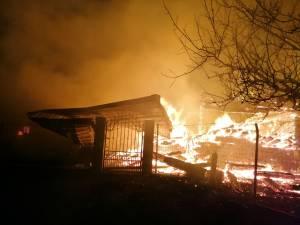 Incendiul violent a cuprins casa și mare parte din anexele gospodărești