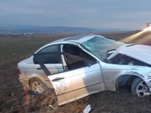 Autoturismul BMW avariat, în care se aflau cele două persoane care au fost rănite