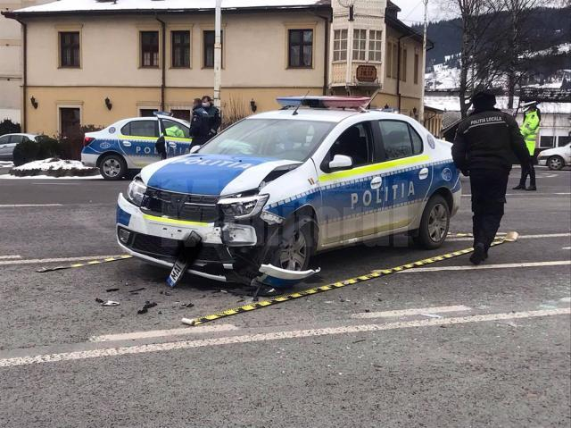 Mașină de poliție în misiune, tamponată de un șofer care nu a dat prioritate  Sursa Radio Dorna