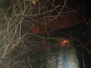 Incendiul a cuprins acoperisul si doua odai de la nivelul superior al casei