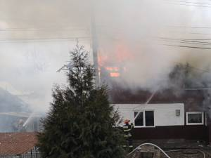 Incendiul violent a cuprins mansarda casei si acoperisul