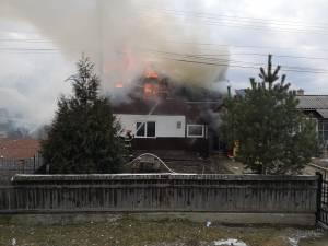 Acoperisul casei si mansarda cuprinse de flacari in incendiul de la Frasin