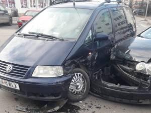 Ciocnire între două mașini, în intersecția de la Ambianța, în cartierul Obcini