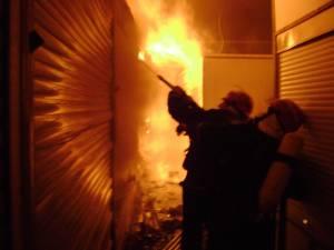 Un incendiu a cuprins o hală industrială de peleți din rumeguș la Ciocănești