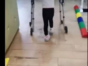 Ilinca, o fetiță de doar 5 ani, cu grave probleme de sănătate, are nevoie urgent de orteze care să-i îmbunătățească mersul