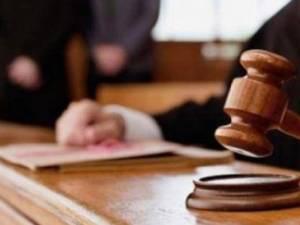 Un tânăr închis pentru că și-a lovit un vecin cu toporul în cap, condamnat și pentru conducere fără permis