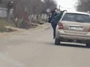 Copii ciorchine pe o mașină care i-a luat de la școală