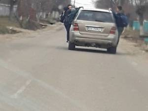 Copiii atârnați de mașină