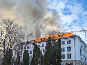 Incendiu puternic la acoperișul Palatului Administrativ din Suceava