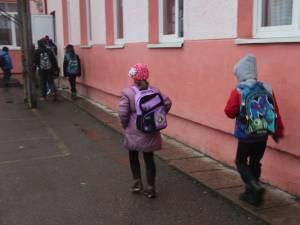 """Elevii din anii terminali merg la scoală și dacă localitatea este in """"scenariul rosu"""""""