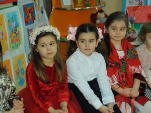 Copiii grupelor de grădiniță, în spectacol la Primăria Vicovu de Jos