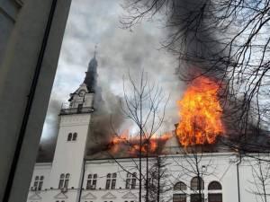 Flăcări uriașe la Palatul Administrativ