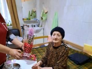 """Dulciuri, icoane, cărți, scrisori și flori oferite în dar """"bunicilor"""" de la Căminul de Persoane Vârstnice Solca"""