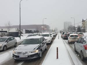 Trafic paralizat pe străzile Sucevei, după ninsoarea de vineri dimineață