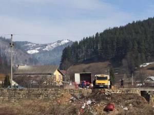 Mobilă aruncată în râul Moldova