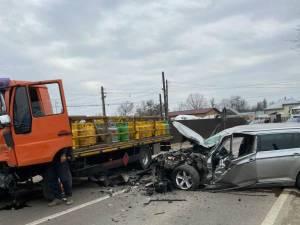 Accident între un autoturism și o autoutilitară cu butelii, la Milișăuți