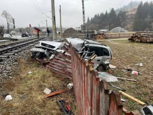 Mașină lovită și târâtă de un tren marfar pe o distanță de 30 de metri