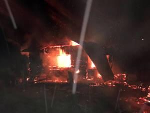 O casă de lemn din Panaci s-a făcut scrum după ce a fost cuprinsă de flăcări