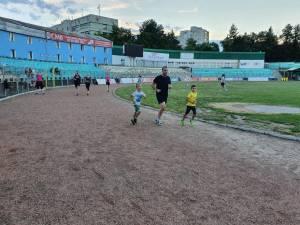 Viceprimarul Lucian Harșovschi la alergat cu băieții săi, pe pista de atletism a Stadionului Areni