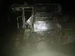 Trei tractoare și o combină, incendiate cu benzină. Fermierul păgubit a fost amenințat că se va sătura de pământ