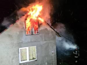 Incendiu puternic la o casă, de la coșul de fum deteriorat
