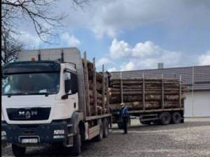 Camionul aflat în curtea școlii din Costișa-Frătăuți