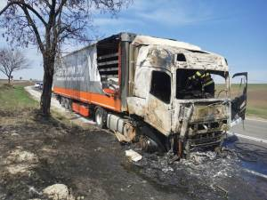 Capul tractor al unui tir s-a făcut scrum într-un incendiu