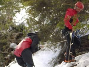 Angajații Serviciului Salvamont Suceava au folosit corzi de siguranță și le-au coborât pe tinere