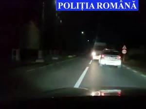 Microbuzul rulând  cu spatele, cu poliţia după el