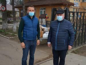 Vasile Varvaroi, președintele Rotary Club Suceava Cetate, alături de primarul comunei Cornu Luncii, Gheorghe Fron