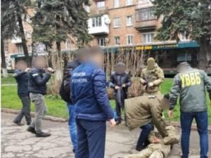 Un polițist de frontieră care sprijinea contrabanda cu țigări spre județul Suceava, reținut la Cernăuți