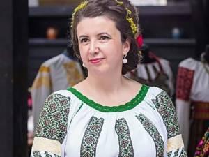 Elena Negru, profesor în învățământul primar,  licențiată în folclor, culegătoare și interpretă de muzică populară