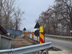 Trotuarul care va fi construit la acest preț exorbitant este situat înainte de podul care traversează râul Suceava, pe partea stângă în sensul de mers spre Rădăuți