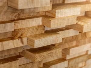 Trei transporturi de lemn fără acte, oprite unul după altul, în aceeași localitate