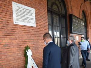 Ambasadorul Israelului, David Saranga, și președintele Comunității Evreilor din Suceava, Sorin Golda, au depus o coroană de flori la Gara Burdujeni