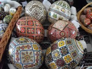 Oua de struţ decorate prin diferite metode