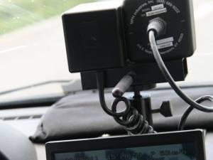 Un puștan fără permis, prins în timp ce gonea cu 125 km/h prin localitate