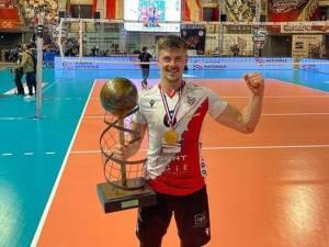 Adrian Aciobăniţei cu trofeul de campion al Franţei