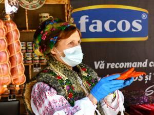 Delicioasele preparate din carne, realizate după rețete tradiționale, cu gust desăvârșit, preparate de Fabrica FACOS, la Târgul de Paşte din centrul Sucevei