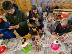"""35 de copii și tineri din ATOS au participat la un atelier de încondeiat ouă, la Biserica """"Sf. Petru și Pavel"""" Sfântu Ilie"""
