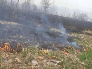 Bătrân de 89 de ani, cu arsuri grave după ce a dat foc vegetației uscate