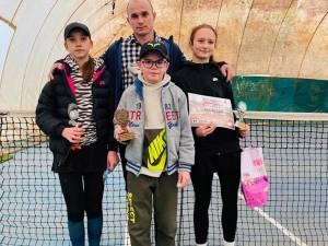 Cei trei medaliați la concursul de la Piatra Neamț alături de antrenorul Bogdan Marasin