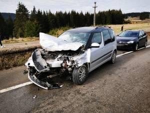 Două mașini s-au ciocnit violent, sâmbătă dimineață, pe DN 17 3